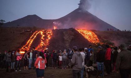 Rios de lava por erupción de volcán Pacaya en Guatemala