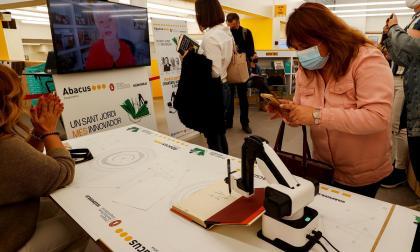 Autores internacionales firman libros a distancia