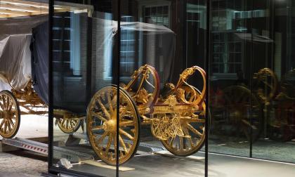 Coche de oro es restaurado y exhibido en el patio del Museo de Ámsterdam