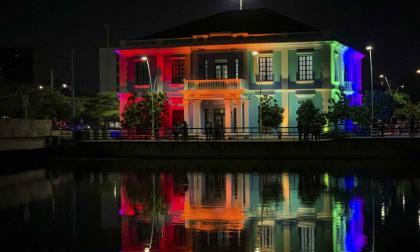 Sitios emblemáticos de Barranquilla se visten con la bandera LGBTIQ+