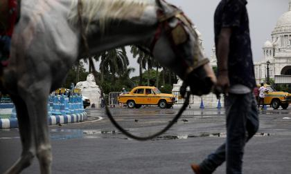 Los icónicos taxis de Calcuta peligran con la pandemia