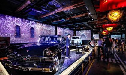Exhiben en 'garaje' automóviles antiguos de seguridad rusa