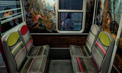 Redecoran tren en París con obras de arte para promover la cultura