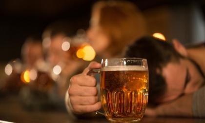 En audio   La insólita pedida de auxilio de un borracho que quedó encerrado en el baño de un bar