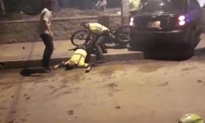 Uno de los policías quedó tendido en el piso tras el impacto.