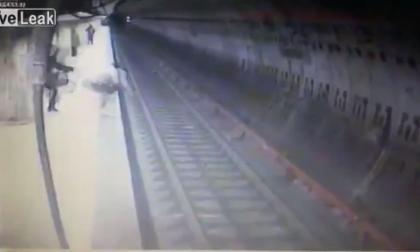 El escalofriante momento en que una mujer es arrojada a las vías del tren en Bucarest