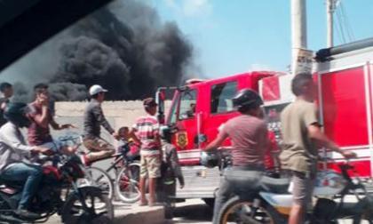 En video   Bomberos atienden quema de llantas en la Circunvalar