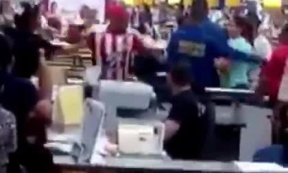 En video | Hincha intenta agredir a trabajador de almacén que se burló de Junior