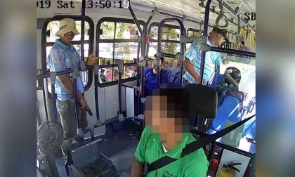 En video | Tres hombres atracan bus de Sobusa en la calle 17