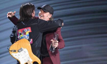 En video | Metallica entrega a Juanes el premio 'Persona del Año 2019' en los Grammy Latino
