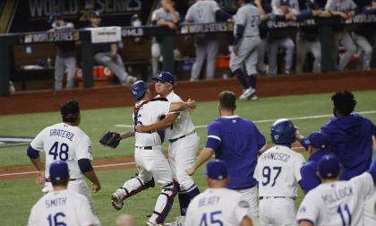 El festejo de los Dodgers tras el último out de la Serie Mundial 2020.