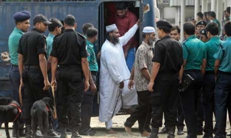 Los presos, mientras llegaban del veredicto de la corte en el que sentenciaron a muerte a 152 de ellos.