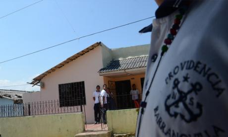 Compañeros de colegio del adolescente asesinado estuvieron ayer en su domicilio.