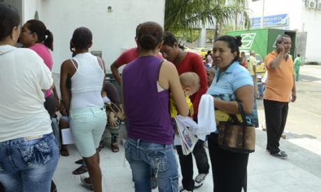 Numerosas mujeres llegaron a las oficinas del Banco Agrario Colombiano para solicitar información sobre el cobro del subsidio de Más Familias en Acción.