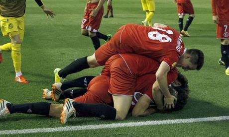 Todos los jugadores del Sevilla se tiraron encima de M