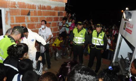 Funcionarios del CTI practicaron la inspección al cadáver, encontrado al mediodía de ayer dentro de esta casa. La víctima podría ser su propietario, Luis Mora Rueda.