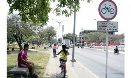 Niños manejando su bicicleta en el bulevar de Simón Bolívar con carrera 6.