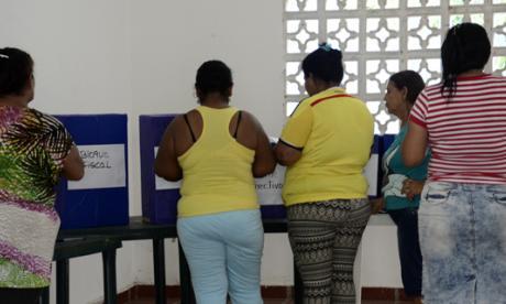 Mujeres votando en el barrio La Chinita. Algunas iban acompañadas para ser guiadas durante el voto.