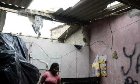 Liceth Gutiérrez revisa los daños en uno de los cuartos de su vivienda.