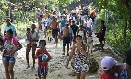 Personas entrando a Playa Blanca.