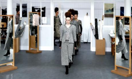 Chanel convierte sus talleres de costura en escenario de su último desfile