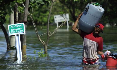 En Santa Lucía, un hombre escapa de la inundación que dejó el fenómeno de La Niña en 2010.
