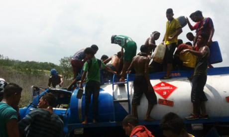 Aprovechan accidente mortal para asaltar un  camión de gasolina