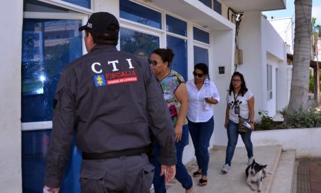 Momento en que trasladan a dos detenidas a la sede de la Fiscalía en Riohacha.