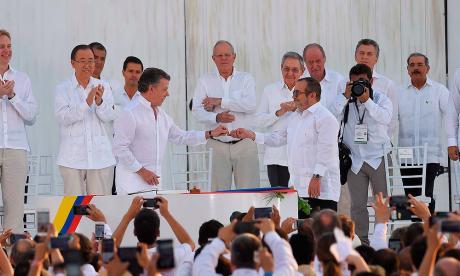 El presidente Juan Manuel Santos y Timoleón Jiménez el día de la firma de la paz en Cartagena el pasado 26 de septiembre.