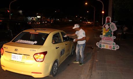 Un guía de Movilidad entrega recomendaciones a un taxista.