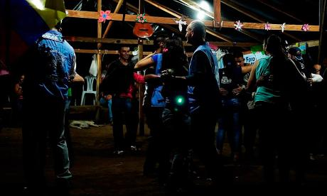 Guerrilleros de las Farc bailan en la celebración de año nuevo en La Y de las Marimondas.