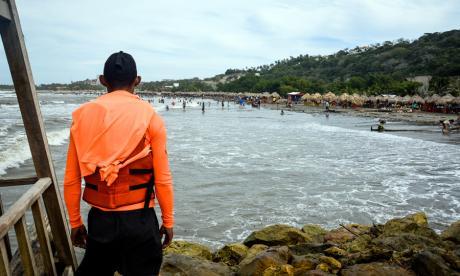 Restricciones en playas y árboles caídos por brisas de hasta 40 Km/h