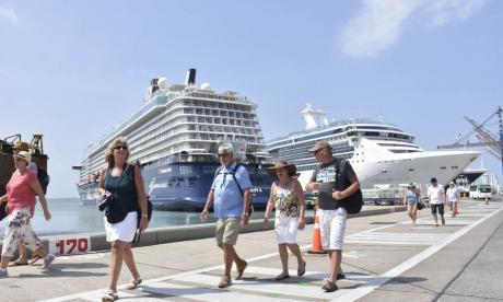 Turistas de visita en Cartagena, ayer de mañana.