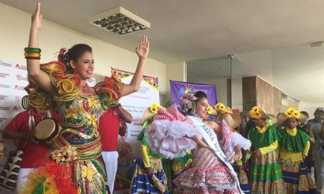 La reina del Carnaval de Santo Tomás María Fernanda Fontalvo, Noami Pérez Rodríguez, reina infantil, y las Farotas de Talaigua.