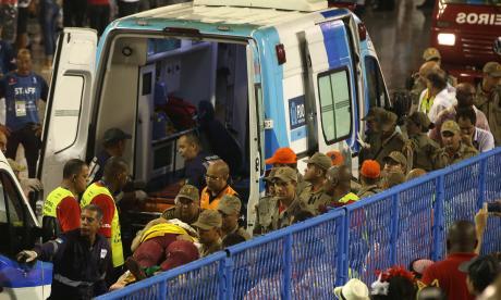 Rescatistas atienden a las personas heridas en el Sambódromo.