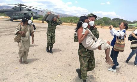 Militares trasladan indígenas de la Sierra Nevada de Santa Marta.