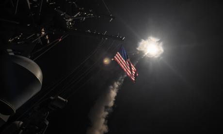 La nave destructora de misiles USS Porter al momento de lanzar un ataque con misiles Tomahawk en el Mar Meditarráneo,
