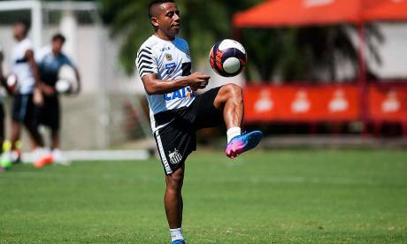 El volante Vladimir Hernández (28 años) domina el balón en una práctica del Santos de Brasil. El araucano espera ganarse pronto un lugar en uno de los equipos con más historia en Brasil.
