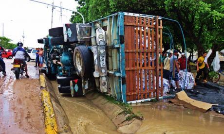 El camión volcado sobre la vía.