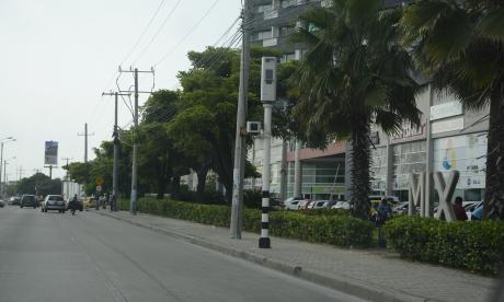 Cámara de fotomultas en la Vía 40, corredor industrial y comercial de Barranquilla.