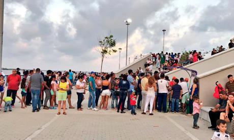 La imagen muestra filas largas para ingresar al Gran Malecón Turístico