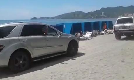 Dos carros generaron caos sobre playa en el sur de El Rodadero
