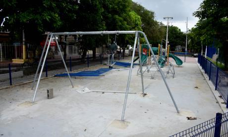 Algunos de los juegos infantiles y parte del cerramiento ya han sido instalados en la zona del parque.