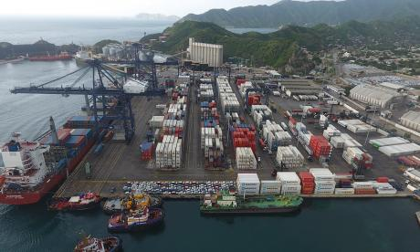 Vista del terminal de contenedores. Los blancos están cargados con productos perecederos.