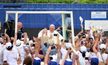 El papa Francisco saludando a varias personas por su paso en Cartagena.