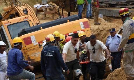 Rescatan a dos obreros de alud en edificio en construcción en Villa Carolina