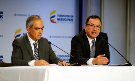 El Alto Comisionado para la Paz, Guillermo Rivera, y el secretario General de la Presidencia, Alfonso Prada, en la rueda de prensa de este lunes,