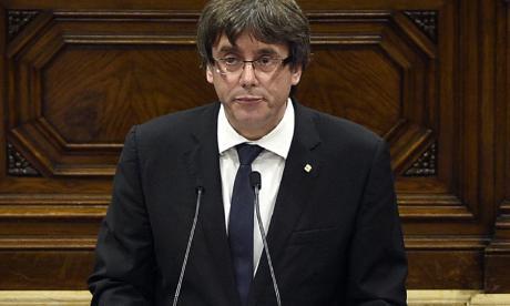 Presidente catalán declara independencia, la suspende y pide diálogo con España