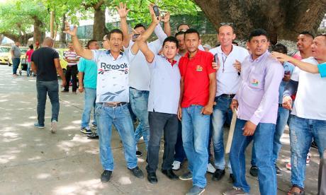 Un grupo de taxistas durante el plantón de ayer.