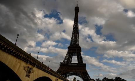 Tras atentado en Somalia, la Torre Eiffel apaga sus luces